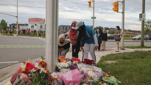 A temporary memorial to the victims was erected at the site of the accident