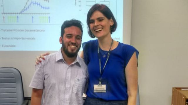Nilton Barreto dos Santos y su tutora, Carolina Munhoz.