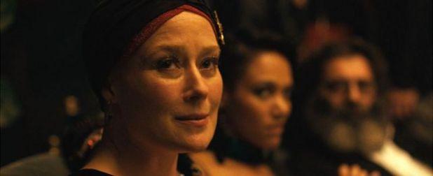 جينيفر إيل بدور أماندا، التي كانت راقصة شهيرة، ولكنها الآن بحاجة إلى دعم مقدمة رعاية