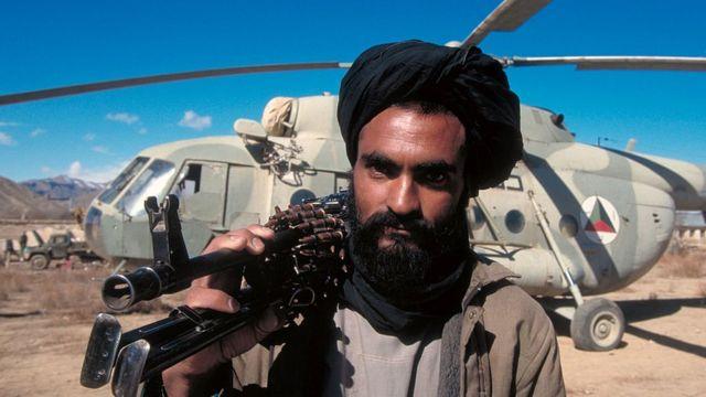 Militante talibán con una ametralladora.