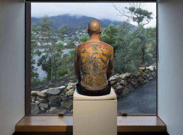 كان تيم يجلس لساعات ضمن معروضات الأعمال الفنية في المتاحف