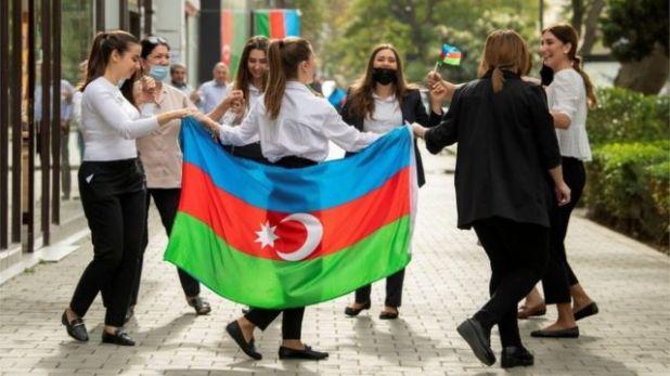 الناس يشاركون في الاحتفالات في أحد الشوارع بعد توقيع اتفاق لإنهاء الصراع العسكري على منطقة ناغورنو - كاراباخ في باكو