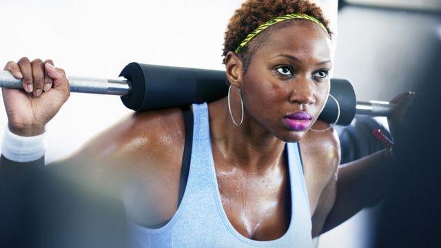 Mujer haciendo deporte.
