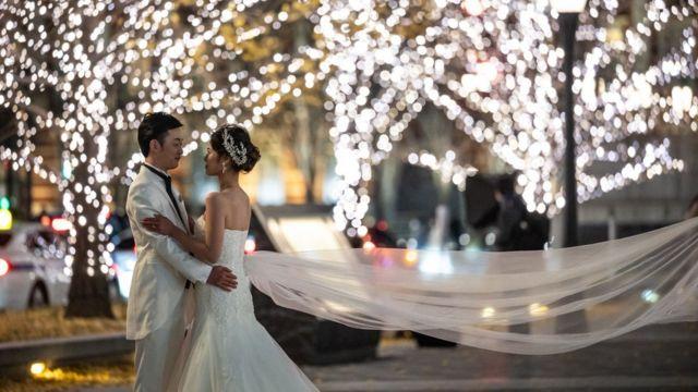Casal posa para sessão de fotos de casamento em Tóquio em dezembro de 2020