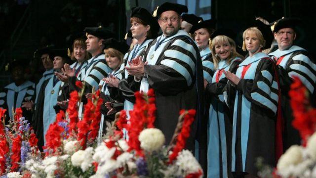 ثمة تناقض صارخ بين الطريقة التي تُعرَّف بها النساء الحاصلات على درجة الدكتوراه، مقارنة بتلك التي تُستخدم مع نظرائهن من الرجال