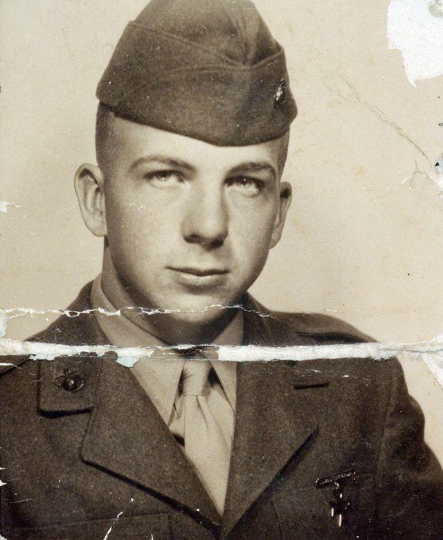 Lee Harvey Oswald en uniforme de la marina