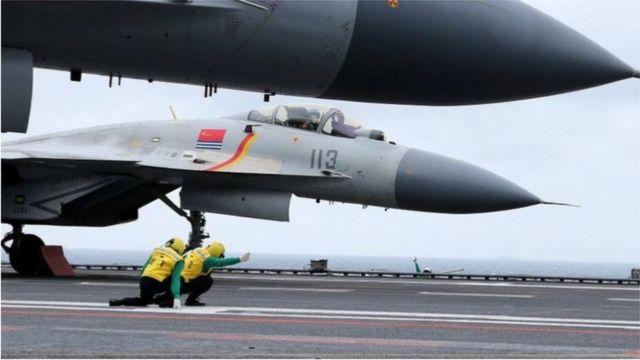 中國海軍發佈在人民微博上刊登的殲-15艦載戰鬥機起降照片。