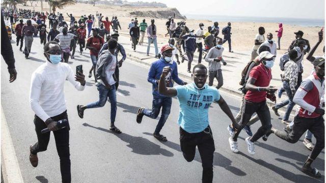 Des centaines de jeunes ont pris d'assaut les rues de Dakar