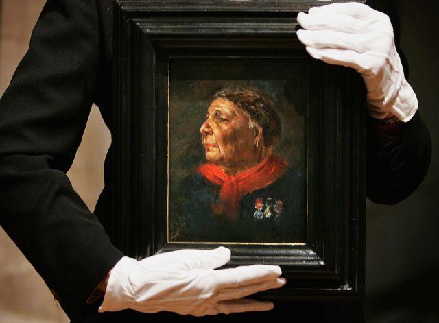الكاتبة والمؤرخة هيلين رابابورت تحمل صورة ماري سيكول، للفنان ألبرت تشال في الناشنال غاليري في 10 يناير/كانون الثاني 2005 في العاصمة البريطانية، لندن.