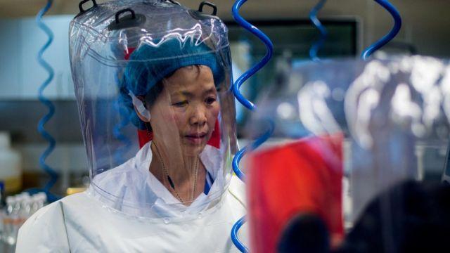 La viróloga china Shi Zhengli dentro del laboratorio P4 en Wuhan