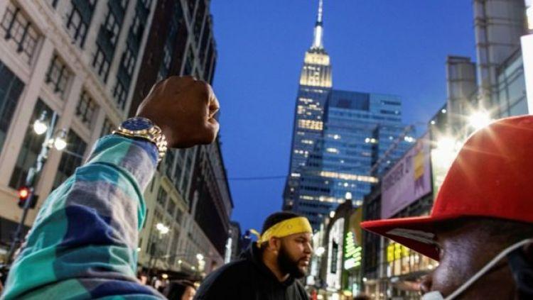 Un puño alzado con el Empire Building de fondo, Nueva York, 20 de abril de 2021