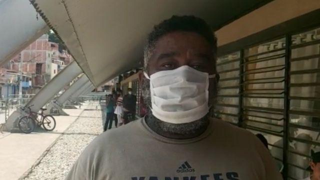 Enéias de Camargo Nogueira de máscara embaixo de área coberta em Paraisópolis