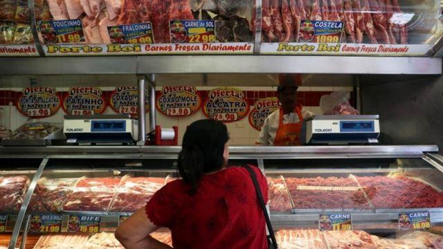Mulher compra carne em açougue em Santo André