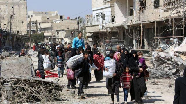 Civiles sirios huyen de Jisreen en 2018.
