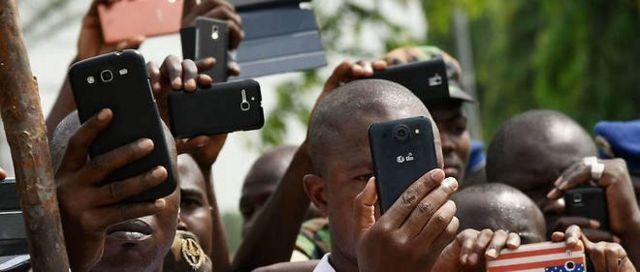 Certains logiciels malveillants découverts sur des téléphones portables en Afrique permettent de soumettre des demandes frauduleuses au nom des utilisateurs des téléphones portable à l'insu de ces derniers.