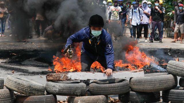 Un hombre detrás de una barricada durante una protesta contra el golpe militar, en Yangon, Myanmar, el 27 de marzo de 2021.