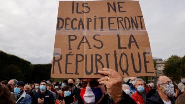 Une affiche entre les mains d'un manifestant parisien: