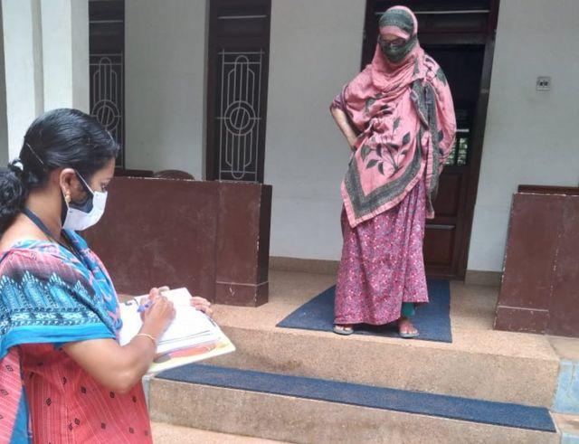 ماہے میں گھر گھر جاکر لوگوں کو ترغیب دینے کا کام کرنے والے رضاکار