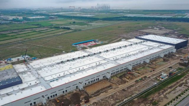 Fábrica de Tesla en construcción en Shanghái en 2019.