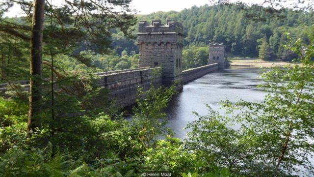 No início do século 20, a construção de barragens obrigou os moradores a abandonarem as vilas Derwent e Ashopton, na Inglaterra