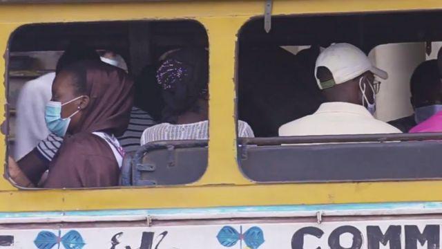 Gente con mascarilla en un autobús en Dakar.