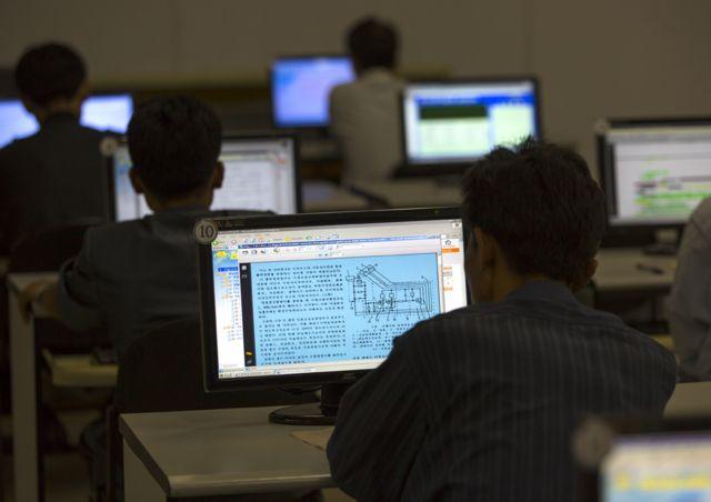 평양 인민대학습당에서 북한 학생들이 인트라넷을 사용하고 있다