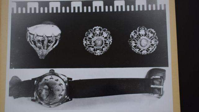 Foto de las joyas que se encontraron al lado de la mujer.