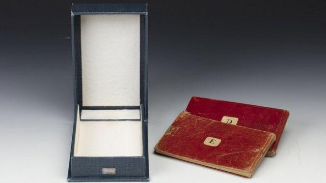 Записники були у червоній палітурці та зберігалися в синій коробці