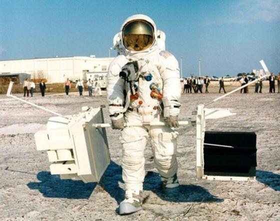 吉姆·洛弗尔(Jim Lovell)身着全套宇航服