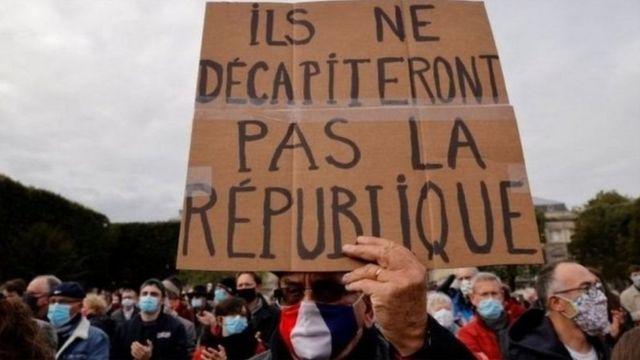 محتجون على حادث ذبح المعلم الفرنسي