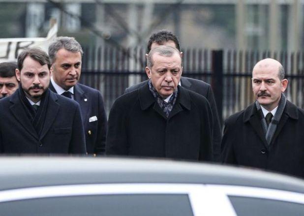 الرئيس التركي رجب طيب أردوغان وصهره بيرات البيرق (يسار) ، وزير الداخلية التركي سليمان صويلو (يمين)