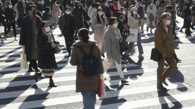 人们走在日本东京的街道上。 照片:2020年12月26日