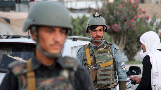 Afganistan'da güvenlik güçleri araçlarda arama yapıyor.