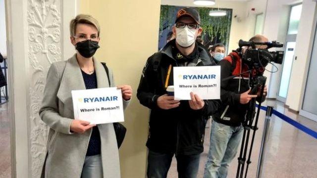 Roman Protasevich'in destekçileri muhalif gazeteciyi Vilnius havaalanında bekledi.