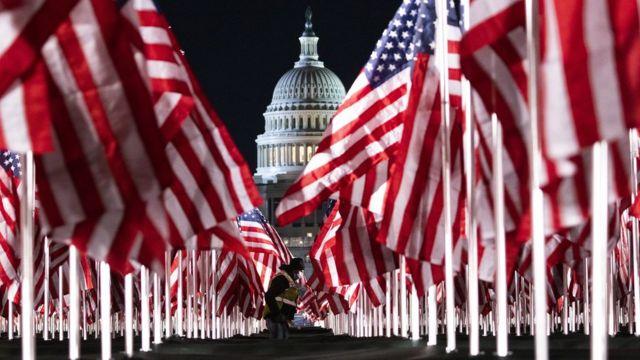 أعلام الولايات المتحدة أمام مبنى الكابيتول في واشنطن