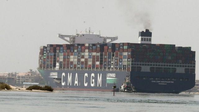 السفينة في مجرى القناة عند الإسماعيلية