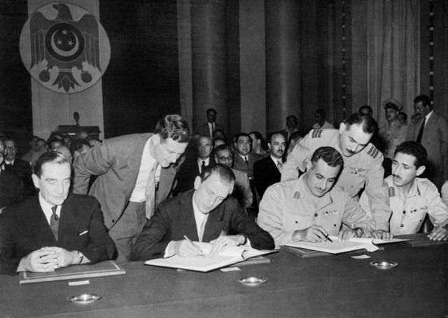 Gamal Abdel Nasser signs the treaty with the withdrawal of British forces from Egypt
