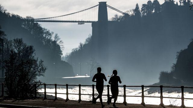 سيدتان تمارسان رياضة الركض في مكان مفتوح