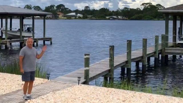 호수 앞의 톰 롱