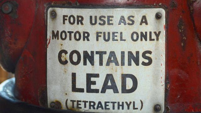 """Antigo posto de gasolina nos Estados Unidos que vendia gasolina com chumbo, """"lead"""" em inglês"""
