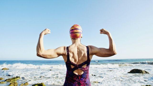 امرأة تمارس الرياضة