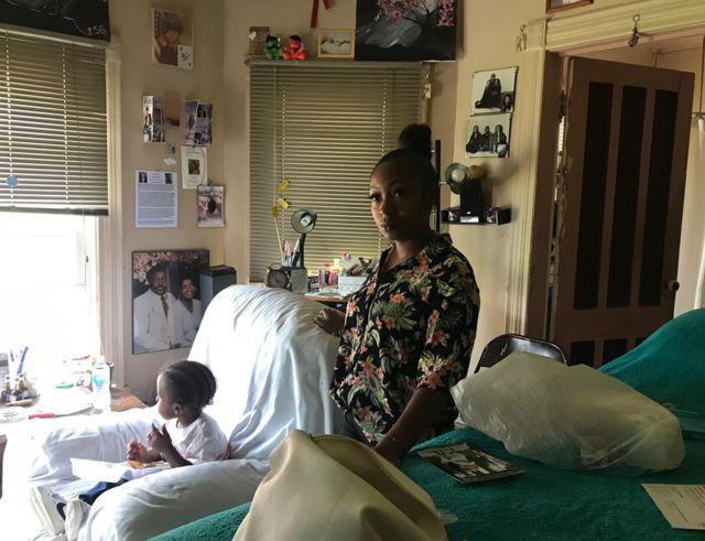 Gainnis Brown, de un año, es la quinta generación de una familia que vive junto a la interestatal de Siracusa.