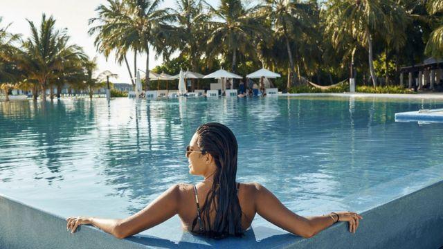 امرأة في حوض سباحة