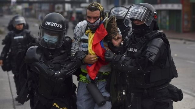 Policías detienen a un manifestante.