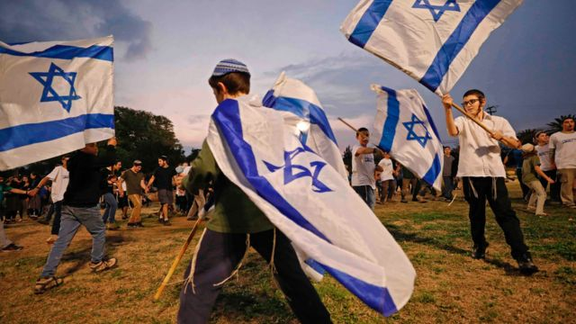 اسرائیلی بچے جھنڈے لہرا رہے ہیں