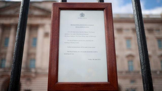 El anuncio fue publicado en la entrada del Palacio de Buckingham.