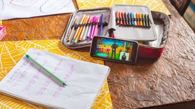 Material escolar sobre uma mesa