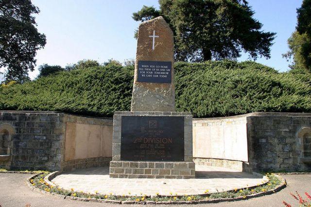 El monumento a los muertos en el cementerio de guerra de Kohima