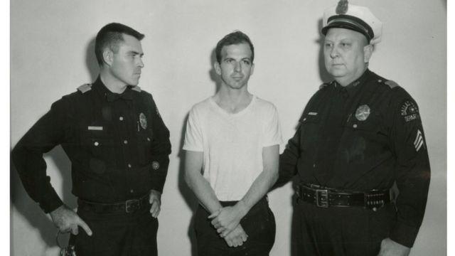Lee Harvey Oswald después de su arresto