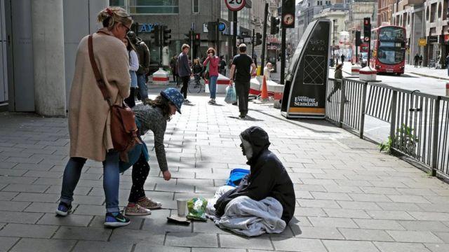 قد يمثل التبرع بالنقود المعدنية من الفئات الصغيرة طوق نجاة للكثير من المشردين